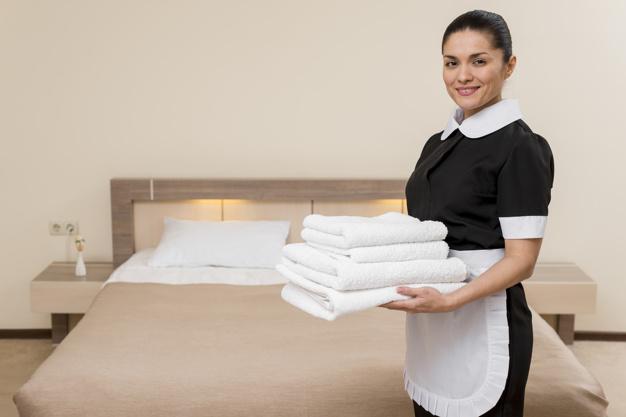 Femme de chambre avec un uniforme personnalisé dans un hôtel
