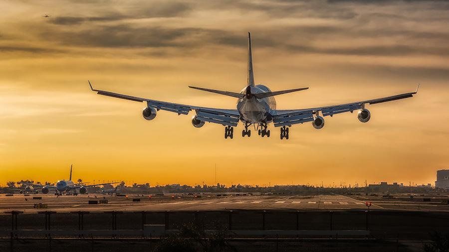 Décollage d'une avion dans un aéroport