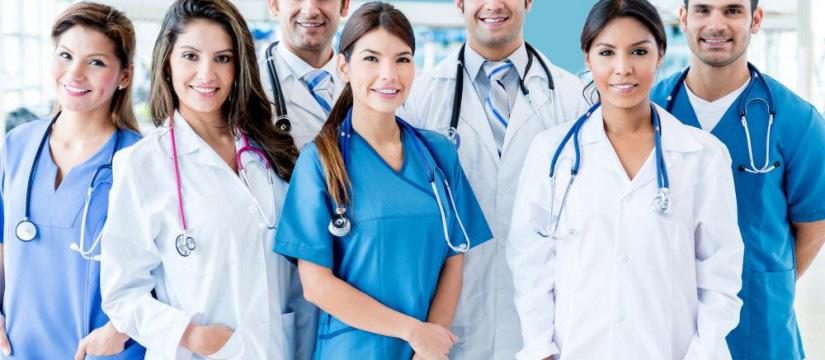 Equipe médical en uniforme