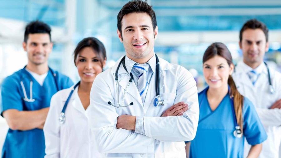 Médecin en uniforme de travail