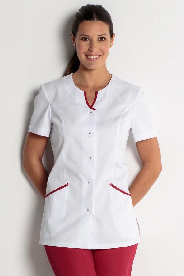 Femme portant un uniforme dans son institut de beauté