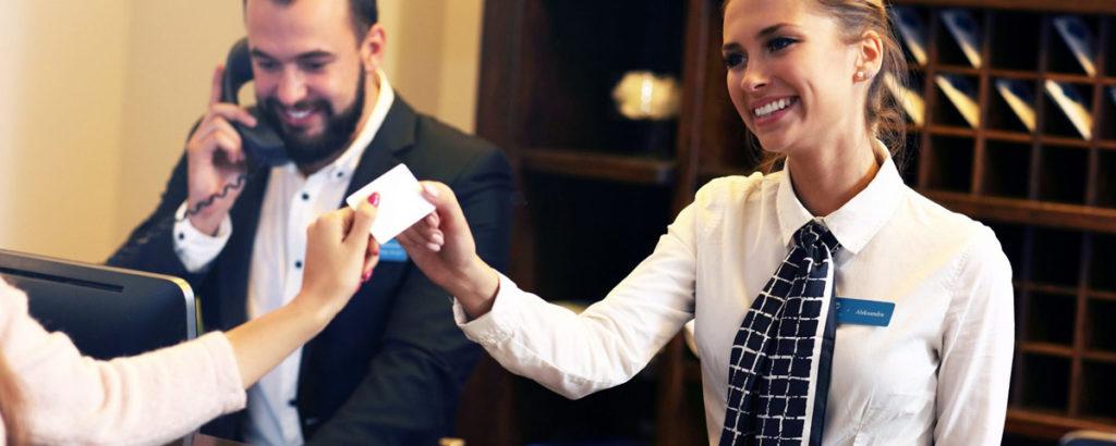 Hôtesse d'accueil avec des vêtements personnalisés